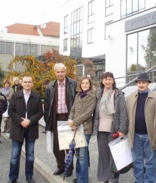 Ispred hotela Lav u Vukovaru, 22.10.2009.: (s lijeva na desno) Domagoj Zovak, Ivan Medved, Katarina Aladrović, Gordana Slanček i Tomislav Radonić